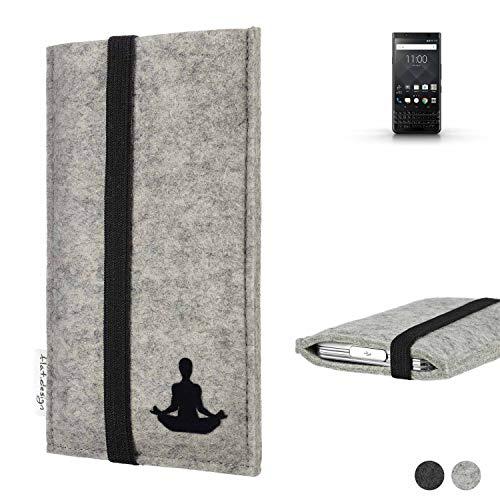 flat.design Handy Hülle Coimbra für BlackBerry KEYone Black Edition - Yoga Asana Lotussitz Tasche Case Filz Made in Germany hellgrau schwarz
