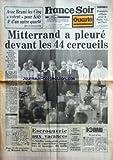 FRANCE SOIR [No 11803] du 04/08/1982 - MITTERRAND A PLEURE DEVANT LES 44 CERCUEILS DES ENFANTS VICTIMES DE L'AUTOROUTE A6 -NI TOIT NI LOI PAR BOUVARD -ESCROQUERIE AUX VACANCES POUR 15 FAMILLES ROUENNAISES QUI AVAIENT LOUE EN AUVERGNE -LES SPORTS / FOOT...