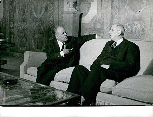vintage-photo-de-charles-de-gaulle-dans-une-conversation-avec-habib-bourguiba-dans-paris-1961