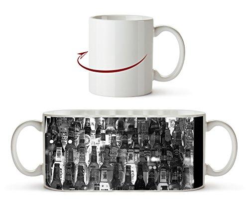 Schrank voller Alkoholflaschen Effekt: Schwarz/Weiß als Motivetasse 300ml, aus Keramik weiß, wunderbar als Geschenkidee oder ihre neue Lieblingstasse.
