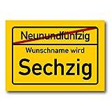Herz & Heim® Riesiges PVC Ortsschild zum 60. Geburtstag mit Wunschname 70cm x 50cm