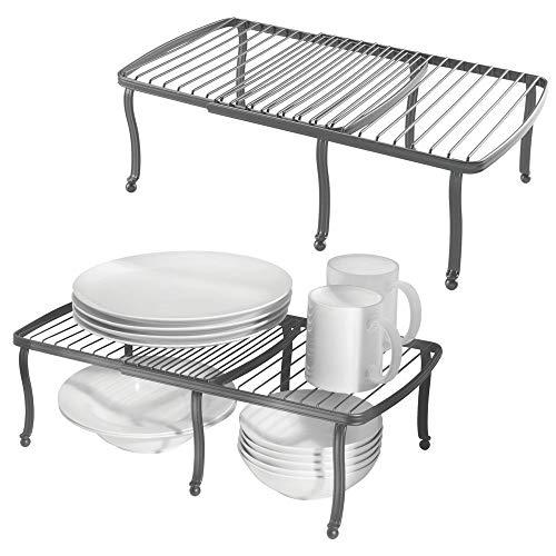 mDesign 2er-Set Regaleinsatz für den Küchenschrank - verstellbare Geschirrablage aus Metall für mehr Abstellfläche - rutschfester Schrankeinsatz zum Ausziehen - dunkelgrau