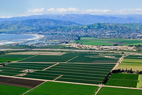 Panoramic Images - Aerial view of Oxnard farm fields in spring with Ventura City and Pacific Ocean in background Ventura County CA Kunstdruck (45,72 x 60,96 cm)