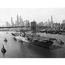 High angle view of an aircraft carrier USS Leyte (CV-32) Brooklyn Bridge New York City New York State USA Artistica di Stampa (20,32 x 25,40 cm)