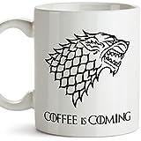 MUGFFINS Taza Parodia de Juego de Tronos - Game of Thrones Mug - El café se Acerca/Coffee is Coming - Escudo de la casa Stark - Tazas de Series - 350 ml …