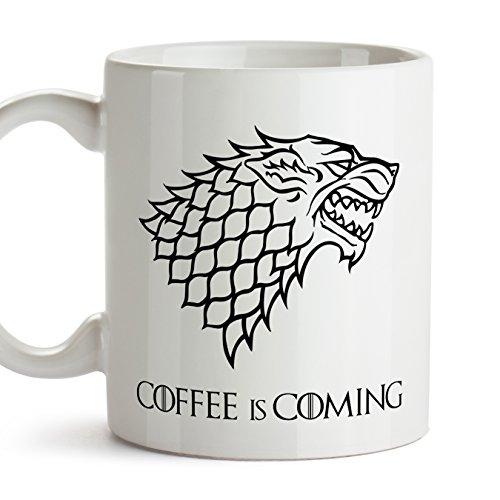 MUGFFINS Taza Parodia de Juego de Tronos - Game of Thrones Mug - El café se Acerca/Coffee is Coming - Escudo de la casa Stark - Tazas de Series - 350 ml