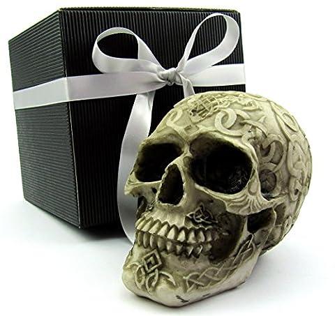 Deko Totenkopf, Toten-Schädel, Skull, mit keltischen Symbolen, als Geschenk-Set, in einer eleganten schwarzen Geschenkverpackung mit Schleifenband, Geschenkidee für Frauen, Männer, Gothic, Mystik, Fantasy, Dekoration, Party-Geschenk, Halloween (beige-braun Gravur 1)