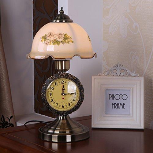 lampara-de-escritorio-rural-europea-del-dormitorio-la-cabeza-de-una-cama-con-los-relojes-y-los-reloj