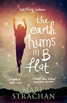 The Earth Hums in B Flat von [Strachan, Mari]