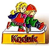 Kodak - Kinder beim Rodeln - Pin 26 x 25 mm