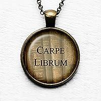 Latin Carpe Librum Seize the Book Book Ergreife das Buch Anhänger und Halskette
