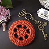 Llavero hecho a mano de crochet y abalorios diseño exclusivo, pieza única modelo 'Red'. Colgante para bolso, mochila o cartera. 7 cm. de diámetro
