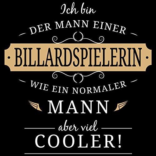Fashionalarm Herren T-Shirt - Mann einer Billardspielerin | Fun Shirt mit lustigem Spruch Geschenk Idee verheiratete Paare Ehemann Pool Billard Schwarz