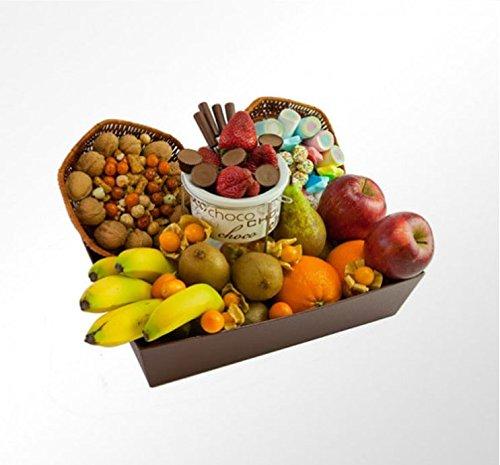 La CESTA DE FRUTA PADRAZO es una cesta compuesta por fruta mediterránea y fruta tropical entre las que se encuentran las siguientes variedades: pera, manzana, plátanos, kiwi y fresas. Además, una bandeja de frutos secos, una bandeja de chocolates y o...