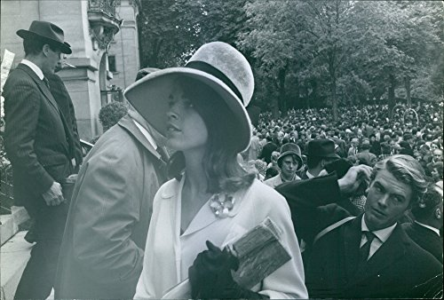 vintage-photo-of-1963a-fashion-model-at-longchamps-with-a-big-crowd-of-people