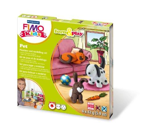 Staedtler 8034 02 LY Fimo kids form&play Set Pet (superweiche, ofenhärtende Knete, kinderleichte Anleitung, wiederverschließbare Box, Set mit 4 Fimo Blöcken, 1 Modellierstab und 1 Spielkulisse)