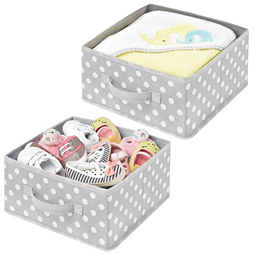mDesign 2er-Set Aufbewahrungsboxen - gepunktete Boxen zur Aufbewahrung für Ordnung im Schlafzimmer, Kleiderschrank und Flur - Stoffbox aus Kunstfaser für Schuhe, Pullover und Hosen - grau und weiß -