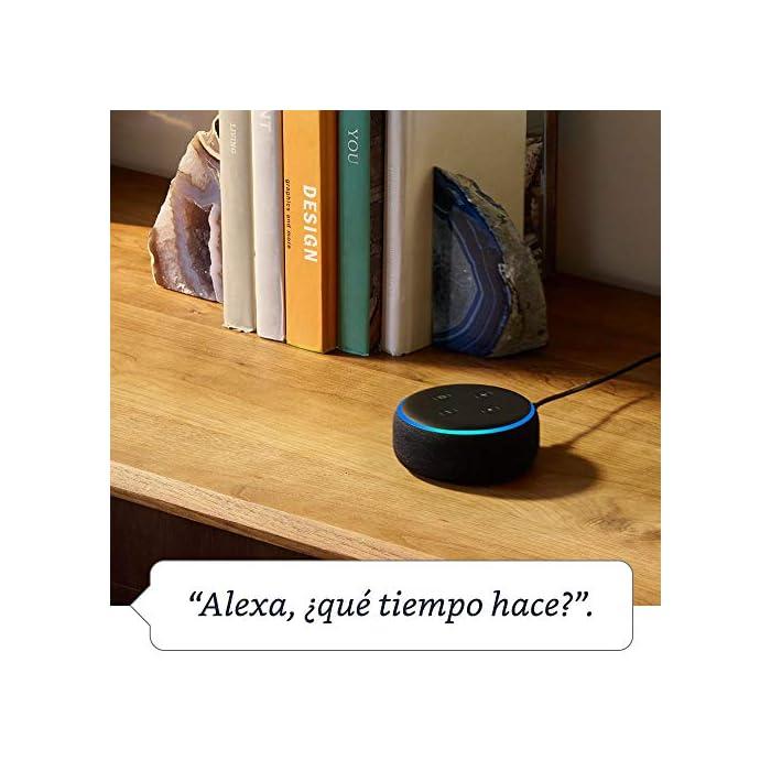 61uHvRn9c6L El Echo Dot es un altavoz inteligente que se controla con la voz. Se conecta a Alexa para reproducir música, responder a preguntas, narrar las noticias, consultar la previsión del tiempo, configurar alarmas, controlar dispositivos de Hogar digital compatibles y mucho más. El altavoz integrado ofrece un sonido nítido e intenso, y te permite disfrutar de canciones en streaming a través de Amazon Music, Spotify Premium, TuneIn y otros servicios. Llama a cualquiera que tenga un dispositivo Echo o la app Alexa sin mover un dedo. También tienes la posibilidad de usar Drop In para conectar con otras habitaciones de tu hogar en las que tengas un dispositivo Echo compatible.