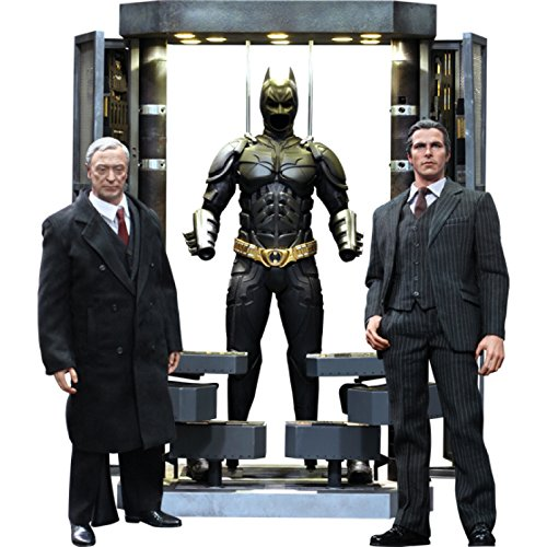 Hot Toys Movie Master Piece - The Dark Knight: Batman Armory with Alfred Pennyworth and Bruce Wayne (Alfred Batman Figur)