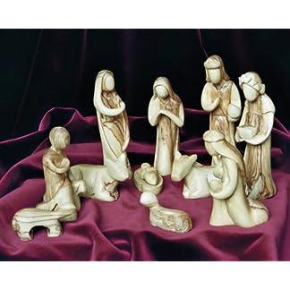 Figuras del belén en Estilo Moderno. Altura 16 cm. 11-Figuras. El Producto es Apto para Jugar. El belén está Hecho de Madera de Olivo y ha Sido Tallado a Mano en Belén.