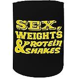 '123T Mugs Stubby Halter–Sex Gewichte und Protein Shakes gelb Text Gym Bodybuilding–Funny Neuheit Geburtstag Geschenk Witz Bier kann Flasche Coolie Dosenkühler