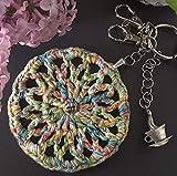 Llavero hecho a mano de crochet y abalorios diseño exclusivo hecho a mano, pieza única modelo 'Rueda Arco Iris'. Colgante para bolso, mochila o cartera. 8 cm. de diámetro