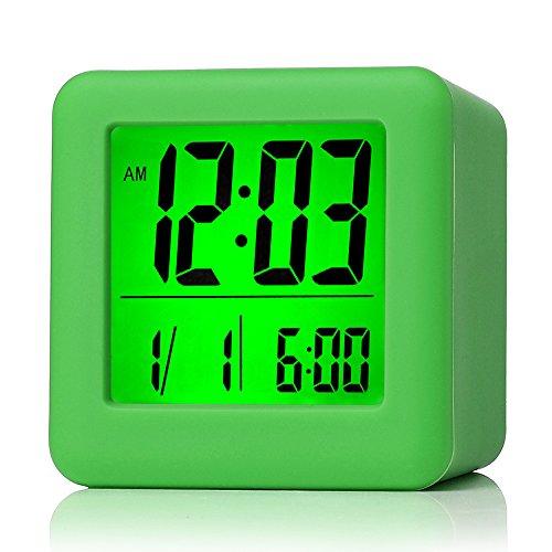 Plumeet digitaler Reisewecker, einfach einzustellen, mit Schlummermodus, weichem Nachtlicht, großem Zeit-, Monats-, Datums- und Alarm-Display, ansteigendem Soundalarm & Handgerät-Größe, bestes Geschenk für Kinder (Grün)