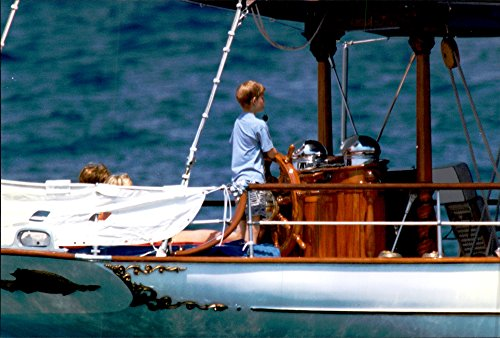 vintage-photo-of-princess-diana-on-board-the-yacht-saraxa-along-with-her-sons-william-and-harry