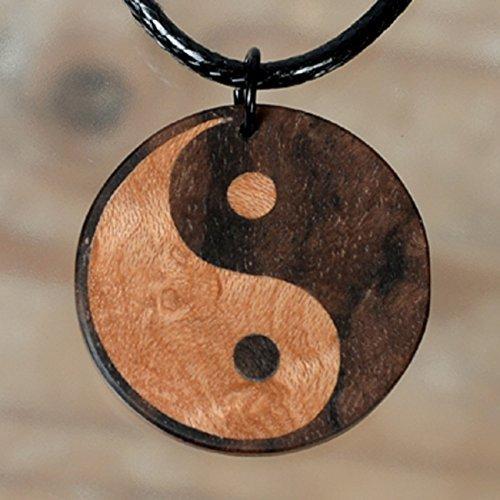 Edelholz Yin Yang mit 24 mm Durchmesser. Helles Vogelaugenahorn und dunkles Nussbaummaser. Holzschmuck. Spiritualität, Esoterik, Zen, Yogaschmuck.