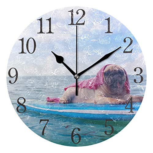 ISAOA Moderne Wanduhr, 23 cm, süßer Mops, Surfen auf einem Surfbrett, geräuschlos, Nicht tickend, runde Tischuhr für Schlafzimmer, Kinder, Wohnzimmer, Küche