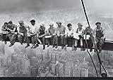 Empireposter - New York Lunchtime - Holzplattenbild aus MDF - Größe (cm), ca. 90x60 - Holzplattenbild Holzbild auf MDF-Platte (Holzfasermaterial) schwarz-weiss Foto Manhattan New York Rockefeller Building
