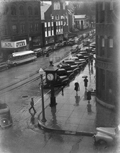 USA New England Vermont Bennington People Walking down Street in rain Poster Drucken (60,96 x 91,44 cm) -