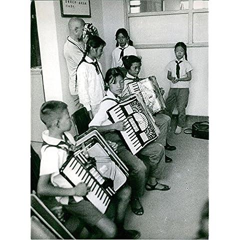 Vintage de la foto de protectores de acordeón Niños jugando durante el rojo en China.