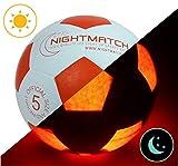 Original NightMatch LEUCHTFUSSBALL MIT BALLPUMPE - toller Kinder-Fussball Ball - helle, sensor-aktivierte LED-Beleuchtung - Größe 5 - Offizielle Größe & Gewicht - Top Qualität - weiß/orange - Nachtfussball