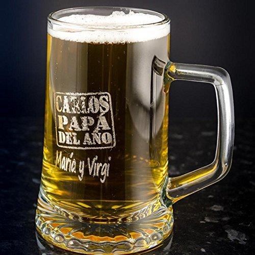 Regalo para padres personalizable: Jarra de cerveza grabada con su nombre, el texto 'papá del año' y el nombre de quien lo regala.