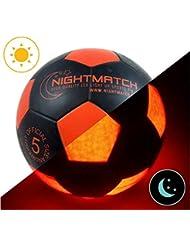 Ballon de football lumineux NightMatch, pompe à ballons incluse - Illuminé de l'intérieur par deux LED lorsque qu'on le frappe - Lumière de nuit ballon - Taille 5 - Taille et poids officiels - Qualité supérieure - noir / orange - Jouet sportif, ballon de football qui brille dans le noir