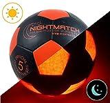 Original NightMatch LEUCHTFUSSBALL MIT BALLPUMPE - toller Kinder-Fussball Ball - helle, sensor-aktivierte LED-Beleuchtung - Größe 5 - Offizielle Größe & Gewicht - Top Qualität - schwarz/orange - Nachtfussball