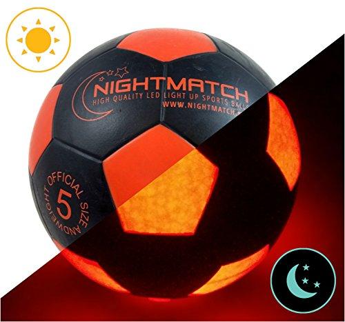 Ballon de football lumineux NightMatch, pompe à ballons incluse - Illuminé de l'intérieur par deux LED lorsque qu'on le frappe - Lumière de nuit ballon - Taille 5 - Taille et poids officiels - Qualité supérieure - noir / orange - Jouet...