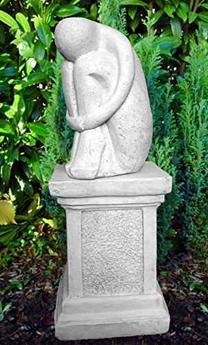 Steinfigur Single auf Säule in Antik-Weiss, abstrakte Deko-Figur für Haus und Garten, moderne Statue als Garten-figur