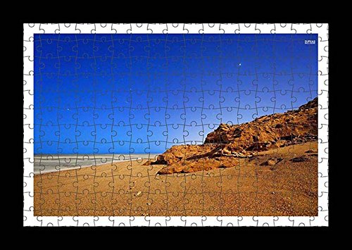 puzzle-style-preensamblado-impresion-de-la-pared-de-rusty-rock-on-sandy-beach-by-lisa-loft