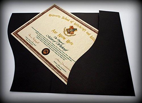 Harry Potter Geschenk Hogwarts o.w.l Diplom–Personalisiert mit Ihrem Hexe oder Wizard 's sehr eigenen Namen. in Präsentation Ordner. Perfekt für junge oder alte–Spaß für Hälfte Begriff,.