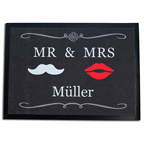 *CEBEGO Fußmatte MR & MRS mit Ihrem WUNSCHNAMEN als DRUCK incl. Ansteckbutton I MISS YOU,Fußabtreter Hygieneteppich Ehepaar und Hochzeit*