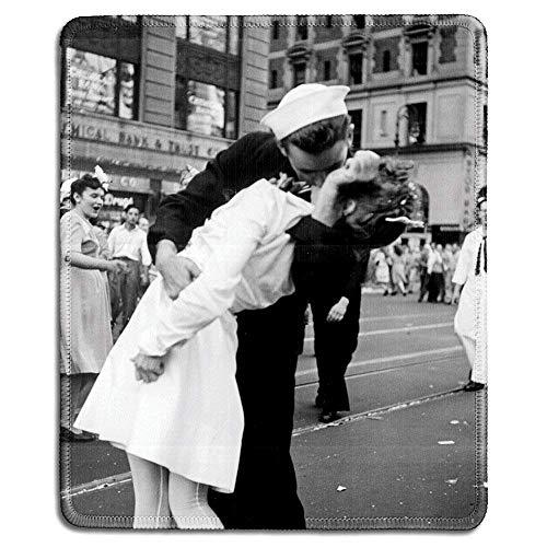 Art Mauspad - Naturkautschuk mit klassischem Foto von V-J Day in Times Square Sailor Kissing a Girl (Kissing The War Goodbye) - genähte Kanten - 22,9 x 17,8 cm