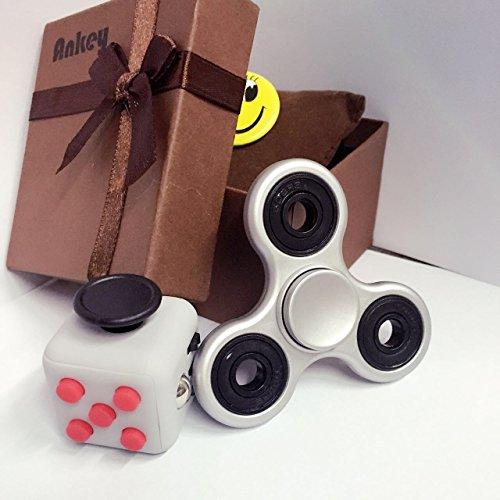 Pack de Fidget Spinner y Fidget Cube, en una bonita caja de regalo. ANKEY 1*Fidget Hand Spinner + 1*Fidget Cube Retro gris + rojo /con una caja de regalo - alivia el estrés para los niños y adultos.