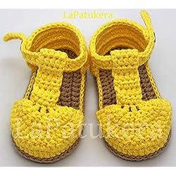 Patucos Sandalias modelo bombón para bebé de crochet, de color a elegir y suela color cámel, 100% algodón, tallas de 0 hasta 9 meses, hechos a mano en España. Regalo para bebé.