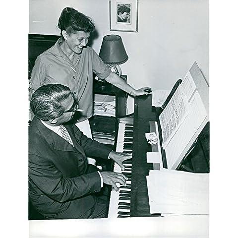 Vintage foto de Joseph Kosma es tocando un piano y pasando un buen rato con una mujer.