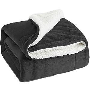 Bedsure Kuscheldecke Anthrazit zweiseitige Decke aus Sherpa Fleece 150x200cm, extra warm& weich Wohndecke in Winter, super Flauschige Dicke Sofadecke, leichte Mikrofaser-Fleecedecke als Überwurf