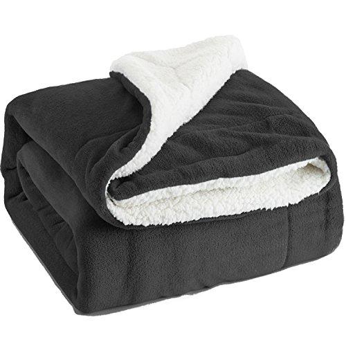 Bedsure Flauschige Kuscheldecke 150x200cm Anthrazit Decke mit super weiche Sherpawoll, Zweiseitige Flauschige Sofadecke, Leichte Mikrofaser Fleece Decke Überwurf für Sofa und Couch