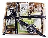 Questa cesta contiene i seguenti prodotti cosmetici della Línea Clásica de La Chinata, tutti a base di Olio Extravergine d'Oliva (olio EVO) ed altri ingredienti naturali: Tavoletta di Sapone (300 g) Bagnoschiuma (500 ml) Crema Idratante (360 ...
