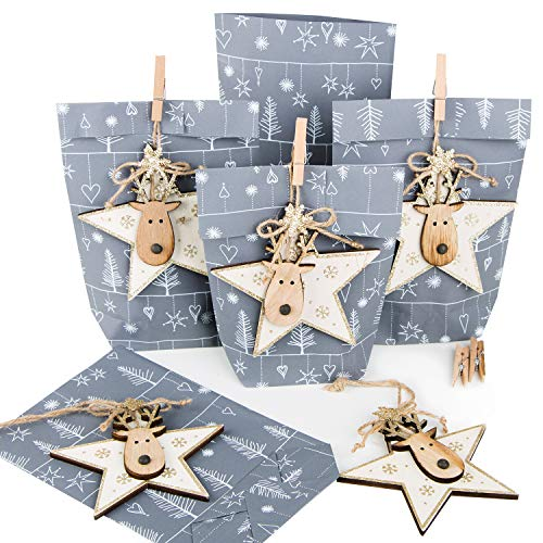 10 x Kleine Weihnachtsgeschenke Verpackung Papiertüte GRAU SILBER WEISS + 10 weihnachtliche Holz Anhänger HIRSCH Rentier gold natur für Kunden Mitarbeiter